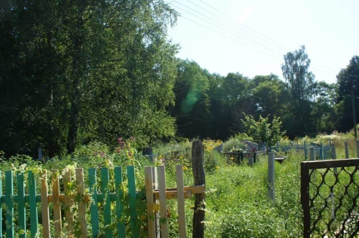 - Cmentarz . Brama drewniana. Tu widać jeszcze fragment starego ogrodzenia cmentarza i chyba jedyne wejście