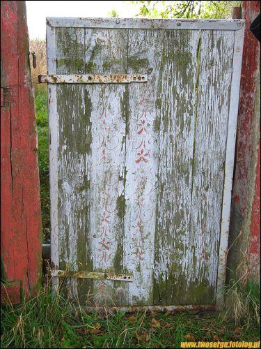 - We wsi . Bramka - malowana ale bardzo zniszczona - w zachodniej części wsi