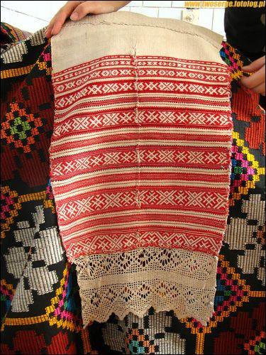 - We wsi . Przedwojenny ręcznik wykonany przez nieznaną artystkę, mieszkankę Choromiec. Przecięty bagnetem przez niemieckiego żołnierza w czasie II wojny światowej