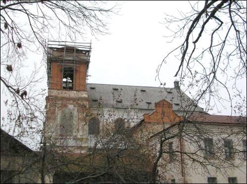- Касцёл Святога Міхала Арханёла і кляштар езуітаў. Паўночны фасад