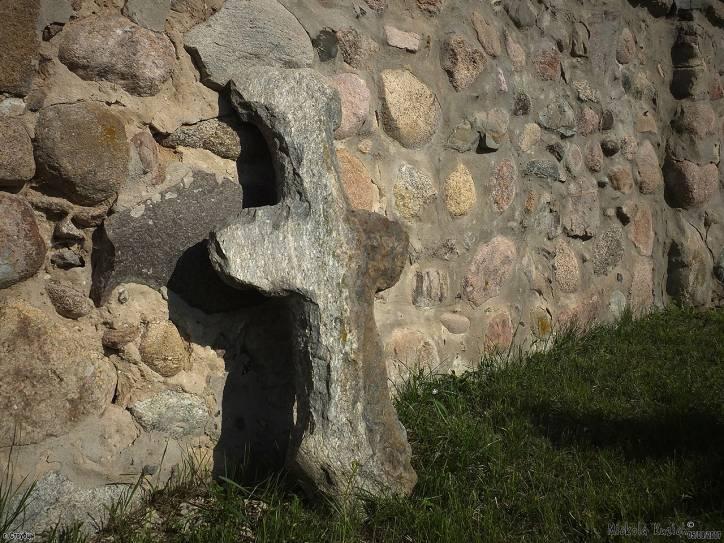 - Царква Святой Ганны. Каменны крыж ля царквы