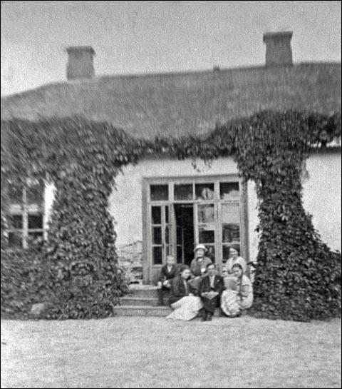 - Сядзіба Завадзкіх. Сям'я Свідаў перад сядзібным домам, 1930-я. Малеч належаў Тадэвушу Свіду па жонцы Юліі Завадзкай.