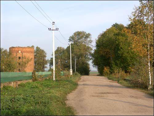 - Zespół dworsko-parkowy Jelskich. Droga do majątku. Po lewej wieża-silos