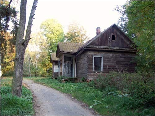 - Zespół dworsko-parkowy Jelskich. Zrujnowany dom zarządcy