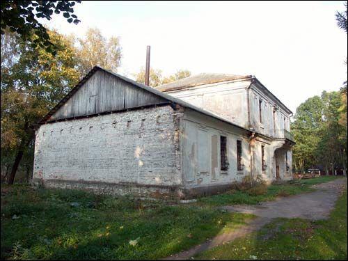 - Zespół dworsko-parkowy Jelskich. Dwór, fasada boczna części drewnianej i główna