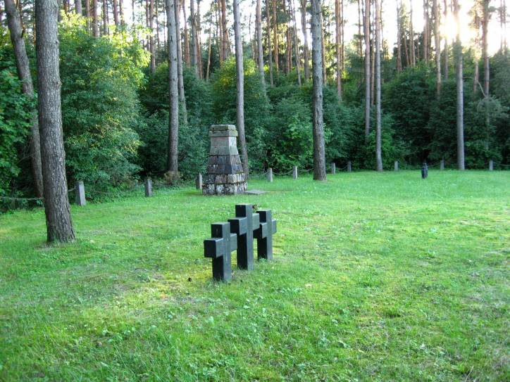 - Cmentarz wojenny z I wojny światowej .