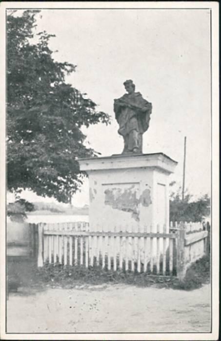 - Замак Радзівілаў на старых фотаздымках. Фігура св. Яна Непамука пры дарозе да замка.