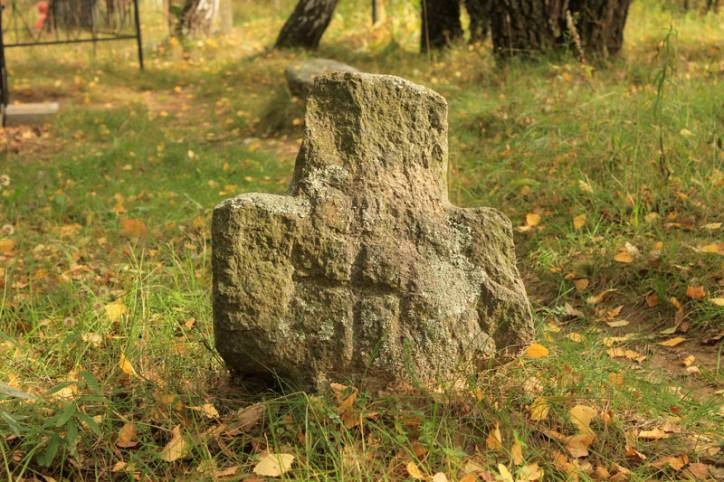 -  Kamienne krzyże.