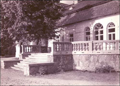 - Сядзібна-паркавы ансамбль Плятэраў. Палац Плятэраў. У 1930-я г. тут месьцілася земляробчая школа. Здымак 1930-х гг.