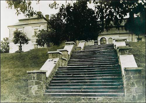 - Сядзібна-паркавы ансамбль Плятэраў. Палац і тэрасавыя сходы да возера Опса. Здымак 1930-х гг.