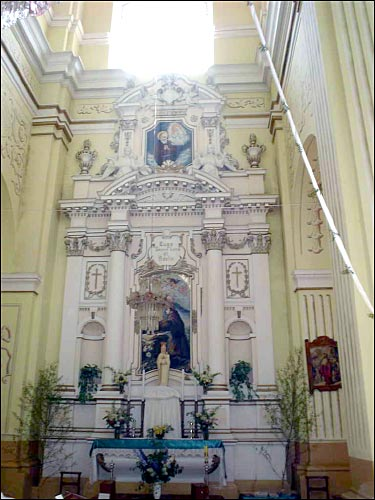 - Костёл во Имя Девы Марии. Боковой алтарь