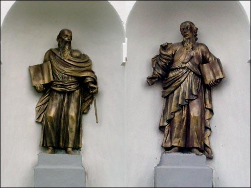 - Касцёл Святой Ганны. Галоўны фасад. Фігуры Сьвятых апосталаў Пятра й Паўла