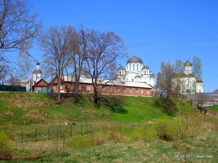 - Монастырь Спасо-Ефросиньевский. Вид на монастырь от Полоты