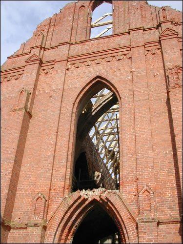 - Касцёл Святога Лаўрэнція. Фрагмент галоўнага фасаду (08.2002)