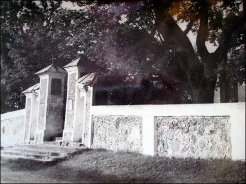 - Местечко на старых фотографиях . Брама костёла(1950гг)