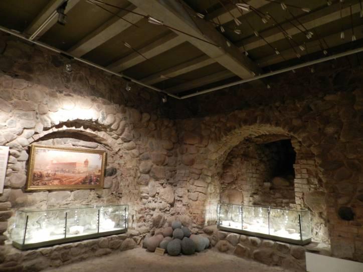 -  Замак. 1 паверх, сучаснае бетоннае пракрыцце. у шляных вітрынах археалгічныя знаходкі, у тым ліку кафля, цэгла з адбіткам лапак жывёл і інш.