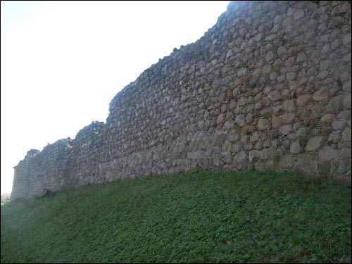 -  Замак. Фрагмент муроў