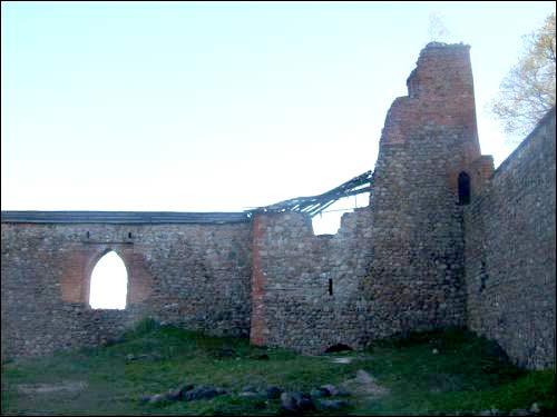-  Замак. Фрагмент замкавых муроў і вежа