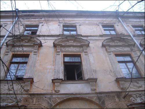 - Палац Сапегаў. Былы палац Сапегаў. Фрагмент аздобы галоўнага фасаду (здымак 2006 г.)