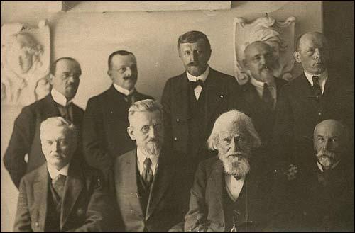 - . Kadra naukowa USB ok. 1922 r. Siedzą od lewej: Profesorowie K.Zimmermann, W.Staniewicz, W.Mickiewicz, M.Zdziechowski, stoją od prawej: S.Pigoń, B.Kubicki, F.Ruszczyc, J.Kallenbach, J.Kłos (ze stony biblioteki uniwersytetu w Toruniu)