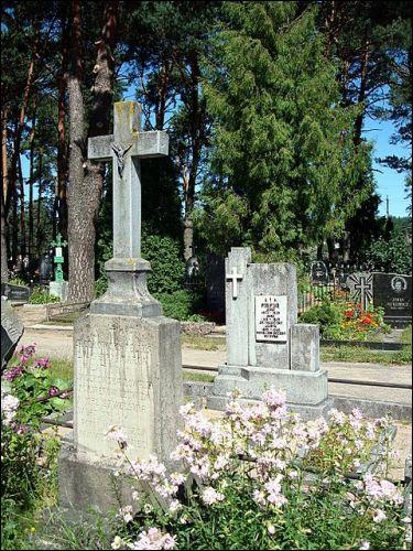 - Кладбище католическое. Часовня. Памятники на могилах