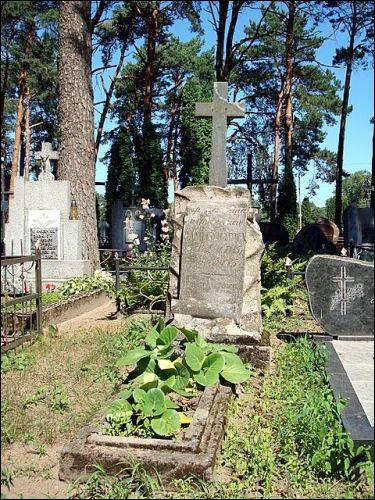 - Кладбище католическое. Часовня. Памятник на могиле(1885г)