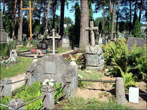 - Кладбище католическое. Часовня. Памятники на кладбище