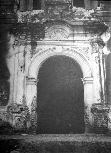 - Kościół i klasztor Dominikanów. Portal główny kościoła dominikanów
