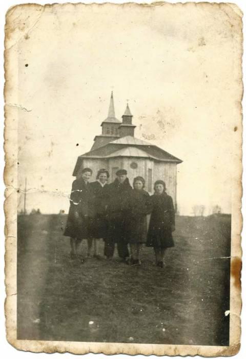 Драўляны касцёл у Крулеўшчыне на здымку канца 1930-х гг. (з архіву Крыстыны Кучынскай)