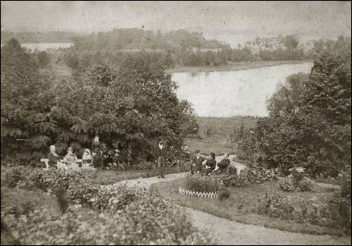 - Dwór Abłamowiczów. Widok od strony dwory w kierunku jeziora Biała Hańcza (fot. 1867 r., z archiwum D. Abłamowicza)