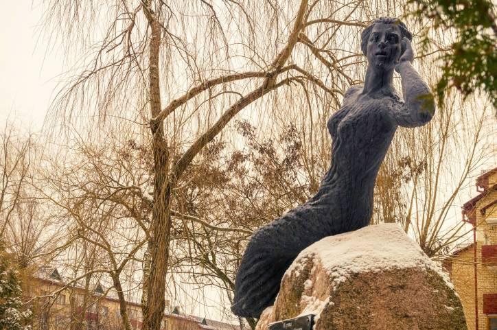 - Вуліцы гораду . Аўтар - вядомы беларускі скульптар У.І. Слабодчыкаў. Помнік усталяваны ў 2007 годзе.