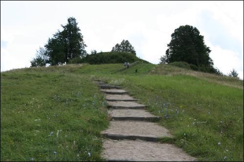 - Grodzisko . Grodzisko w Rudaminie jest jednym z najbardziej znanych pomników Jaćwingów, żyjących w Zaniemeńszczyznie. Gród został wzniesiony na brzegu dawnego jeziora, na szczycie osobnego, wysokiego oraz masywnego wzgórza