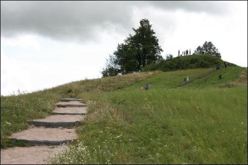 - Grodzisko . Badacze ustalili, że grodzisko w Rudaminie istniało już od początku I tysiąclecia. Na przełomie I i II tysiąclecia zostało przekształcone - zwiększono plac, wybudowano zbocza i wybrukowano je kamieniami, podniesiono nasyp i zbudowano nowe ściany obronne.