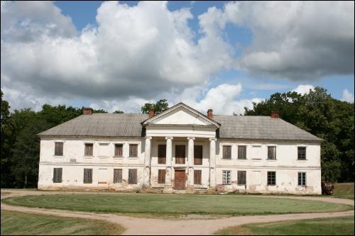 - Zespół pałacowo-parkowy . Fasada główna dworu