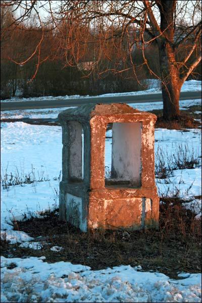 Часовня придорожная (деревня Вольно). Придорожная капличка с 1930-х гг. на перекрёстке дорог в Вольно (2010-03-08)