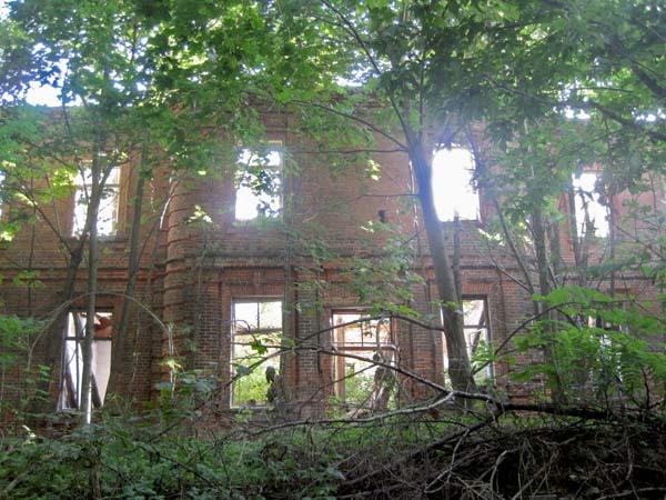 - Dwór Wańkowiczów. Ruiny dworu