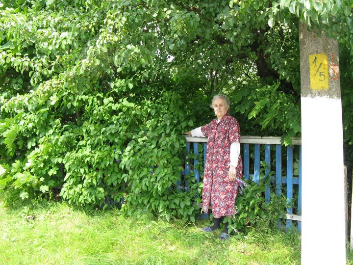 Жыхарка вул. Савецкай Яніна Хромава паказвае месца, дзе да 1958 года стаяла капліца святога Язафата